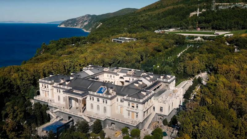 The few and Putin's close acquaintances: The palace overlooking the Black Sea is mine