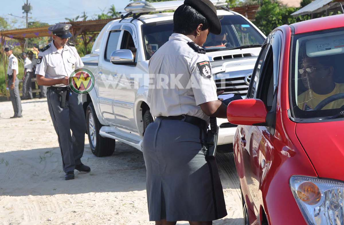 A car driver tries to bribe a police officer when monitoring traffic