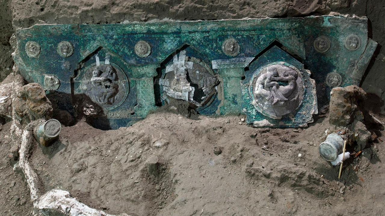Triumph carriage with interesting photos engraved in Pompeii |  Currently
