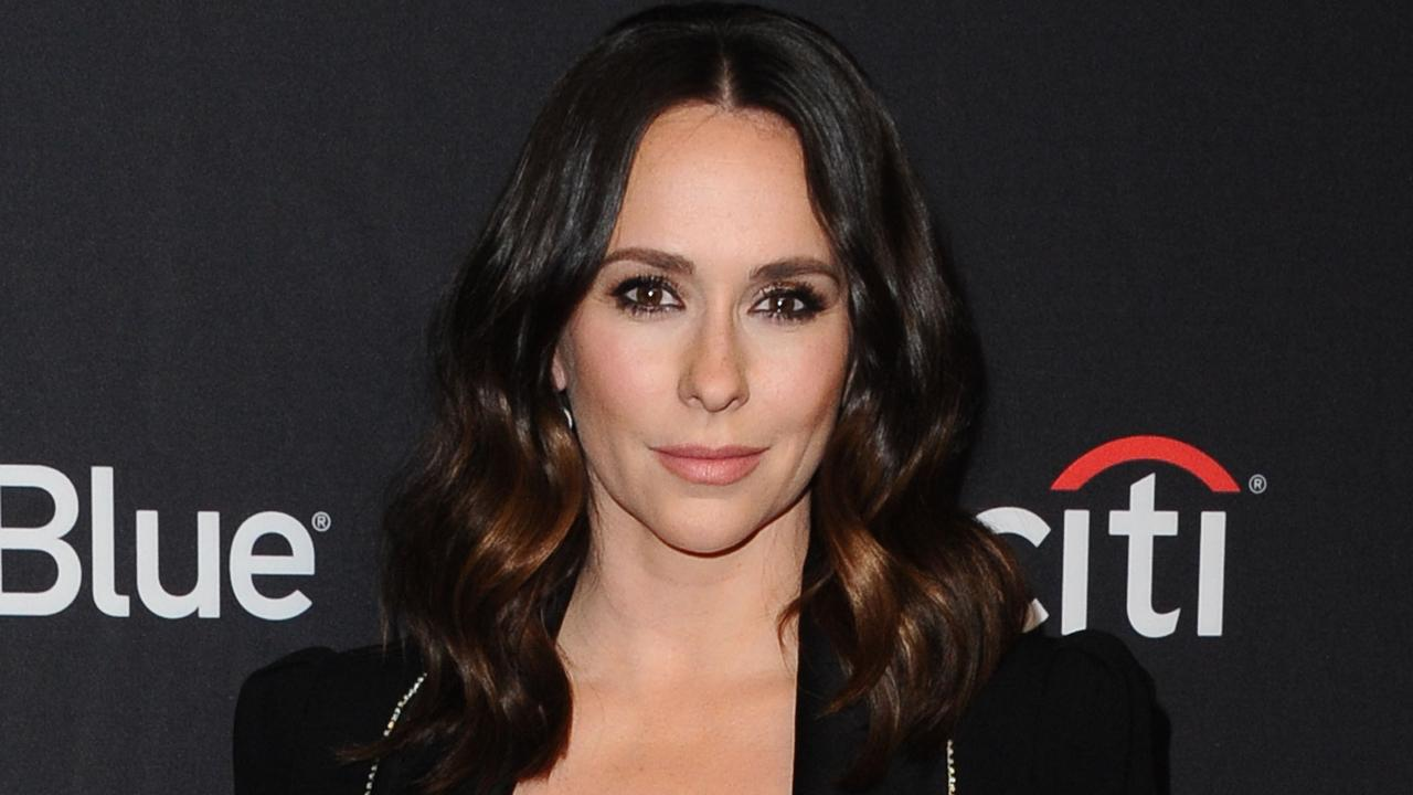 Jennifer Love Hewitt wishes she didn't laugh at the inappropriate questions |  right Now