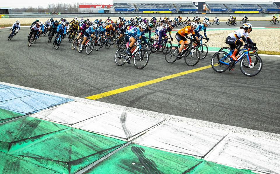 Thrilling cat-and-mouse game at TT Circuit in Assen during the first stage of the Healthy Aging Tour: The Cat Jolien d'Hoore wins
