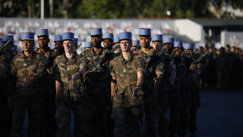 The French government condemns former generals who warn of a civil war