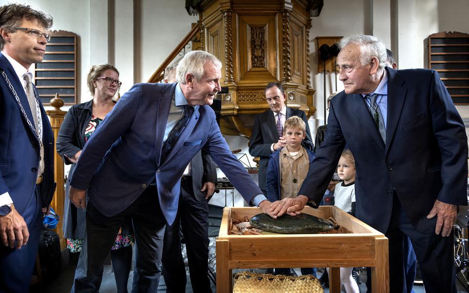 Mayor Art van der Tugh and the New Zealand Ambassador unveil new works of art at the Abel Tasman Museum in Ludgast