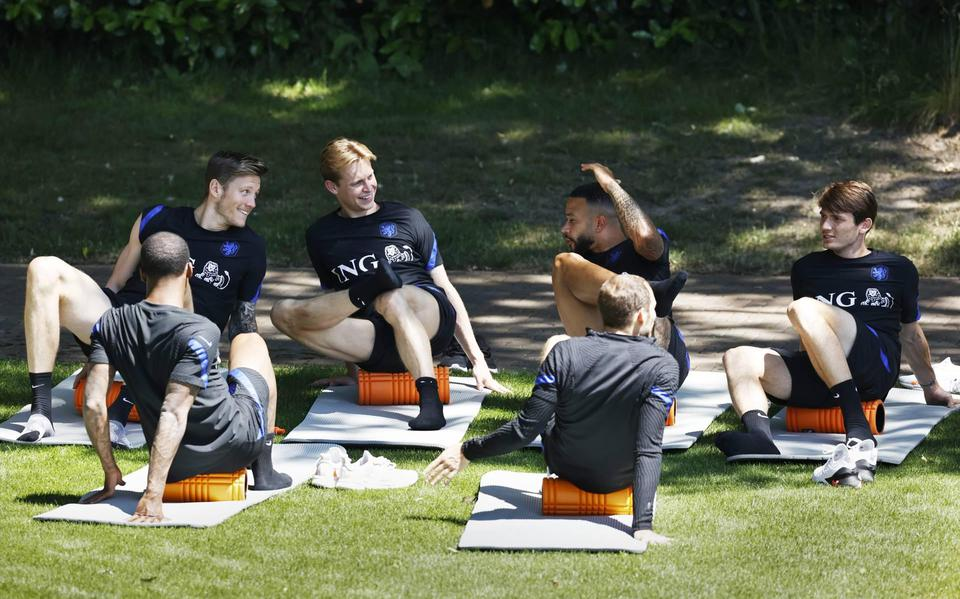 The orange key players do recovery drills, keep on the field