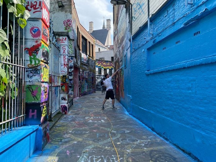Street artists in Wallin painted Ghent's Graffiti Alley just blue.