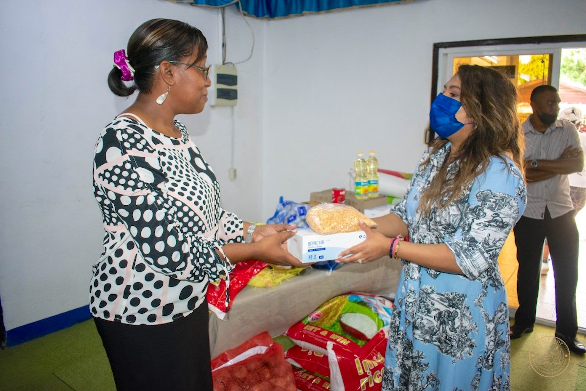 The first lady gives the green light for the national distribution of parcels