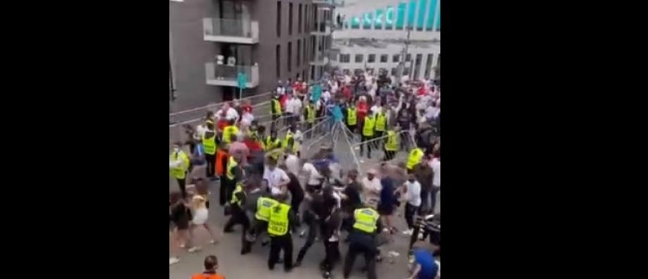 Live – European Championship final – Chaos at Wembley Dozens of fans try to raise barriers after violent clashes before the match