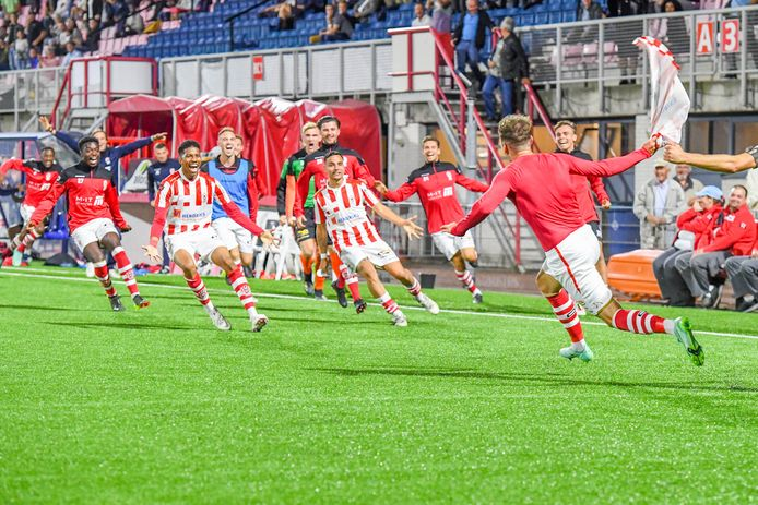 TOP Oss players celebrate 2-1 Buyl.