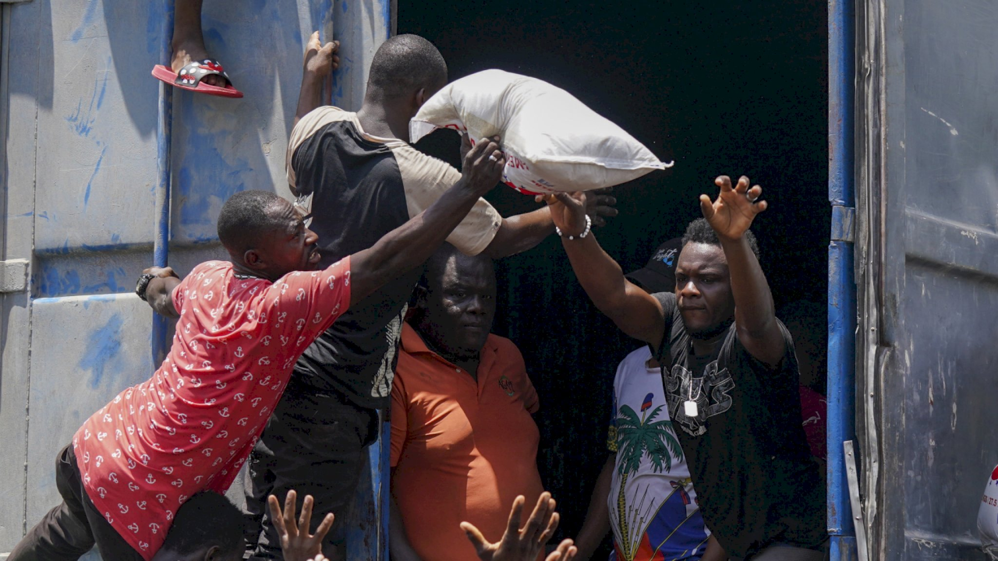 Desperate Haitians steal food and tents from aid convoy