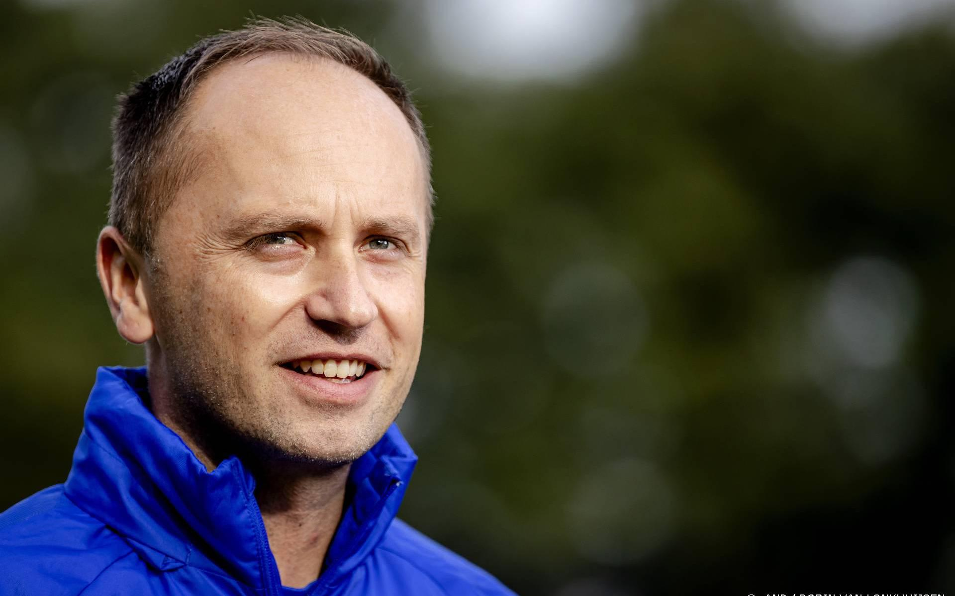 The new national football coach mainly hopes for a success in the debut