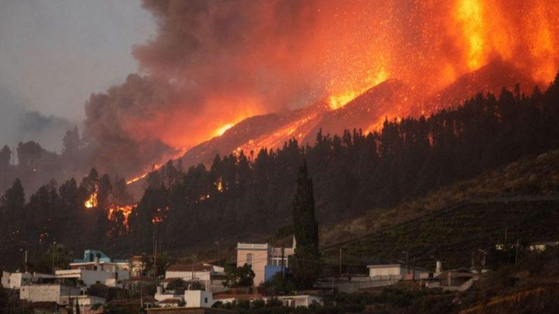 Lava la Palma flows close to the sea, for fear of toxic fumes