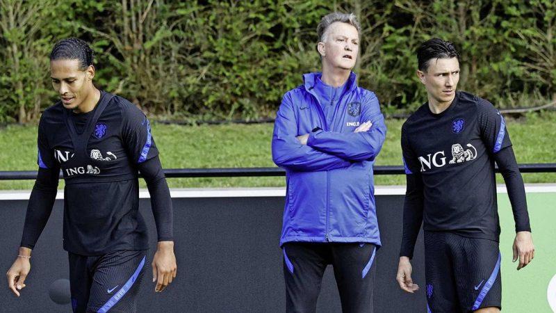National team coach Louis van Gaal raises a smokescreen in Orange    football