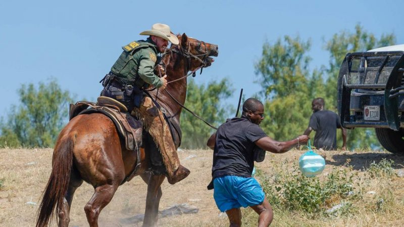 Reaction to photos of US border police chasing migrants on horseback shocked |  Abroad