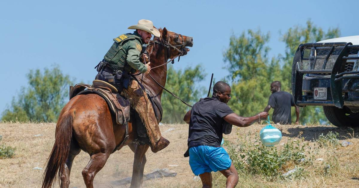 Reaction to photos of US border police chasing migrants on horseback shocked    Abroad