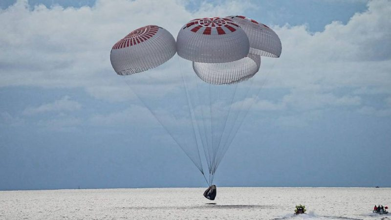 """The first SpaceX capsule with only """"space tourists"""" returned safely 