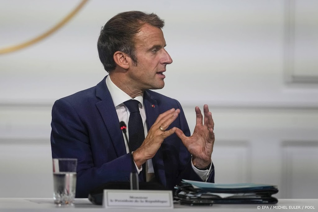 Macron gets US Secretary of State during the submarine controversy
