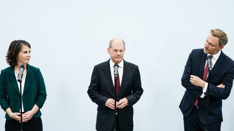 SPD member Schulz approaches government with Greens and Liberals