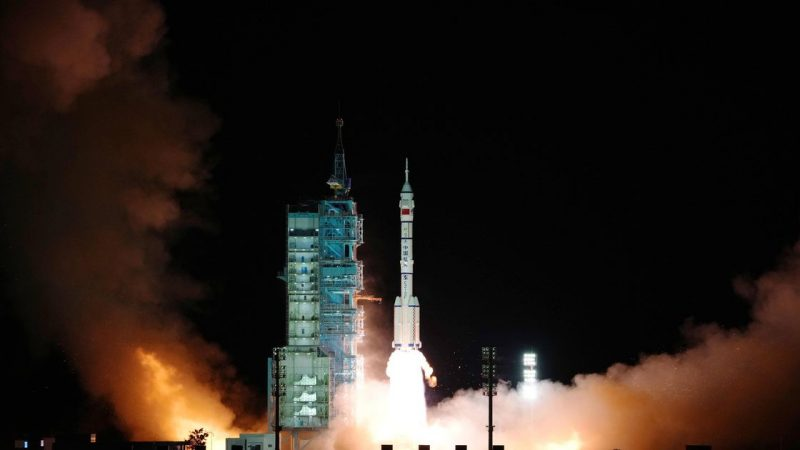 A Chinese rocket launched with three astronauts towards the station |  Abroad
