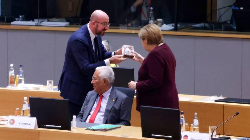 Merkel receives 'Dutch' statue farewell in Brussels