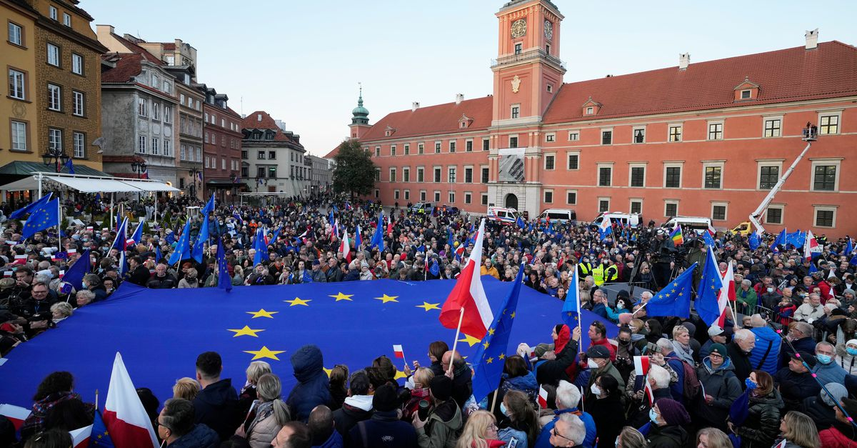 Tens of thousands of Poles join the pro-EU demonstrations